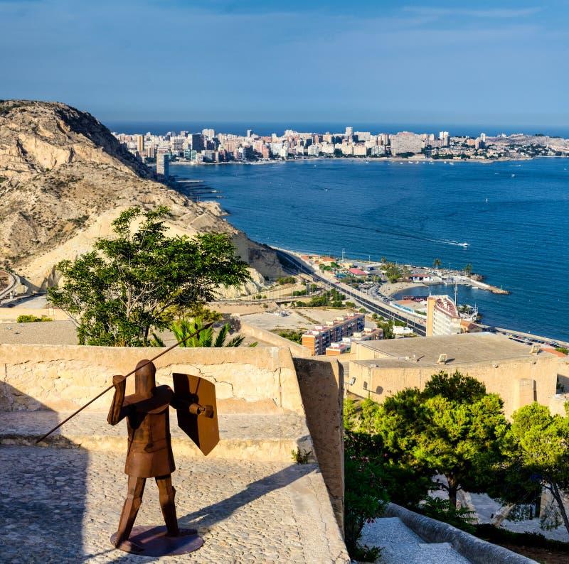 Ijzermens met spear en schild die kasteel Santa Barbara in Alicante, Spanje beschermen royalty-vrije stock fotografie