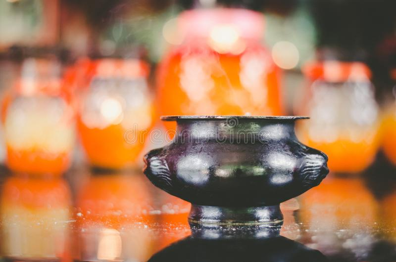 Ijzervaas in Boeddhistische tempel stock afbeeldingen