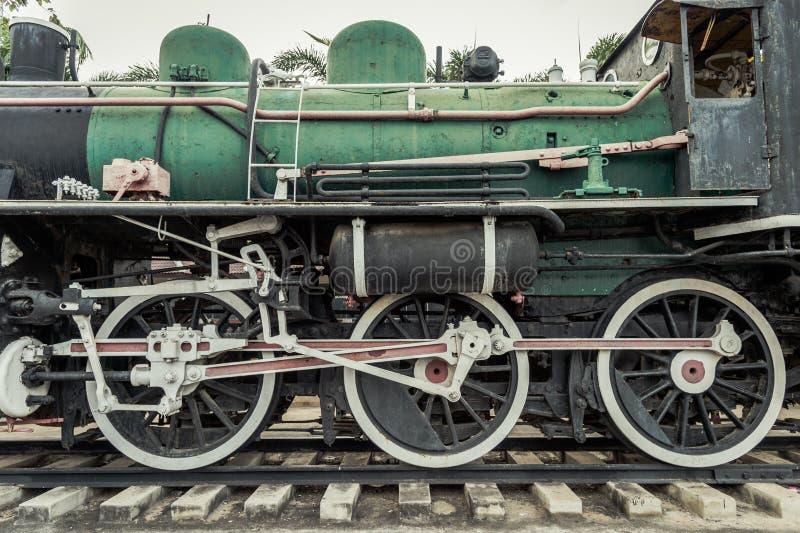 Ijzerwielen van de voortbewegingstrein van de stoommotor op spoorwegspoor, oude en klassieke periodetrein royalty-vrije stock foto's