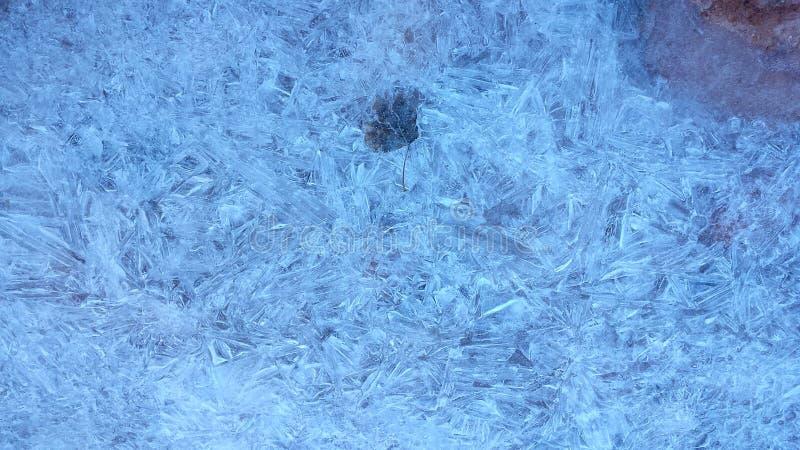 Ijzig Blauw die Patroon van Ijskristallen over een Woestijnstroom worden gevormd royalty-vrije stock afbeelding