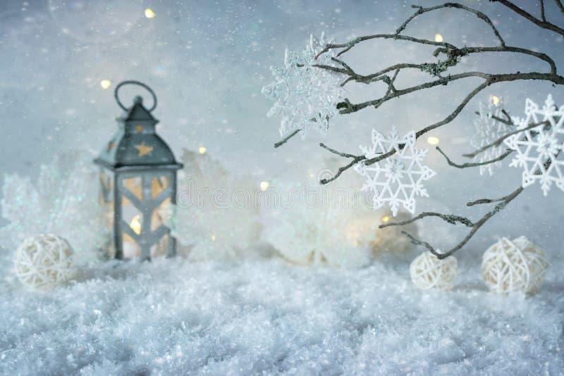 Ijzig de wintersprookjesland met sneeuwval en magische lichten De Kerstman op een slee De ruimte van het exemplaar stock fotografie