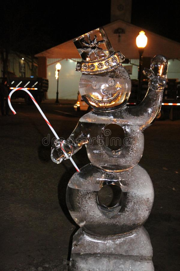 Ijzig het beeldhouwwerk van het Sneeuwmanijs met een suikergoedriet stock foto's
