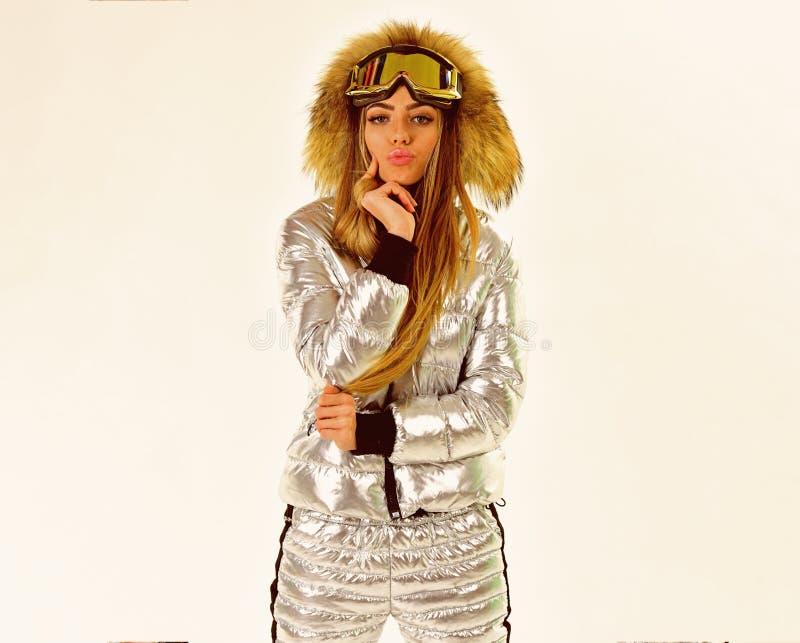 Ijzig het voelen De winterwarmness Ski toevlucht en het snowboarding Vrouw in de winterkleren Meisje in ski of snowboard royalty-vrije stock foto