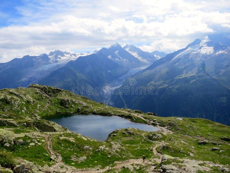 Ijzig meer in de zomer dichtbij Chamonix, Franse Alpen royalty-vrije stock fotografie