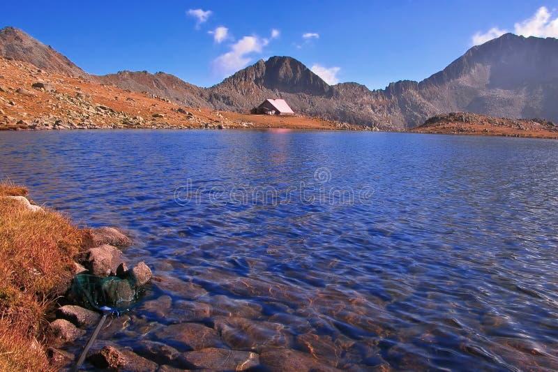 Ijzig meer en een schuilplaats in het nationale park Pirin, Bulgarije stock foto