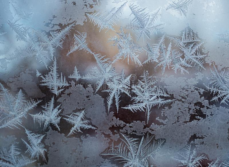 ijzig patroon op het venster als Kerstmisachtergrond stock afbeeldingen