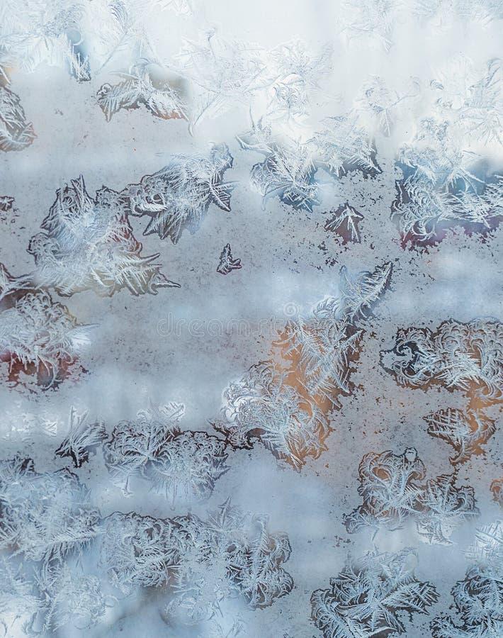 ijzig patroon op het venster als Kerstmisachtergrond royalty-vrije stock afbeeldingen