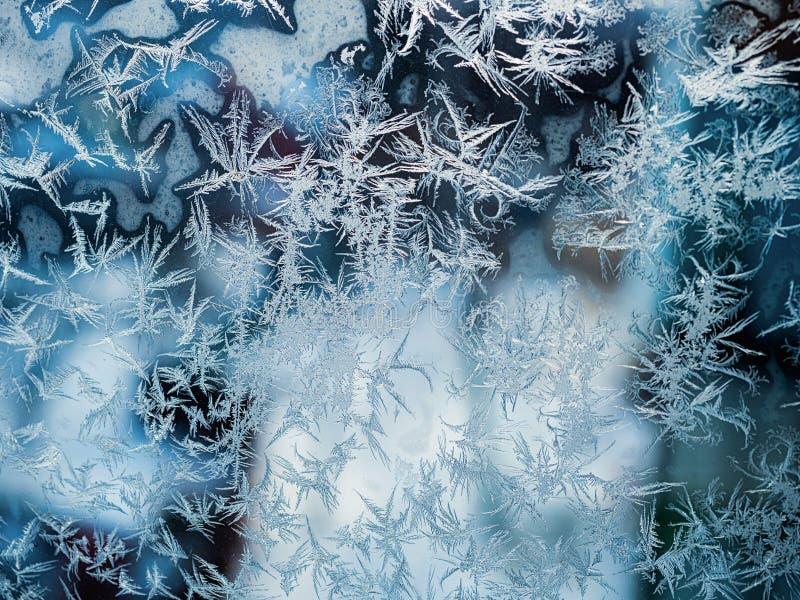 ijzig patroon op het venster als Kerstmisachtergrond stock foto