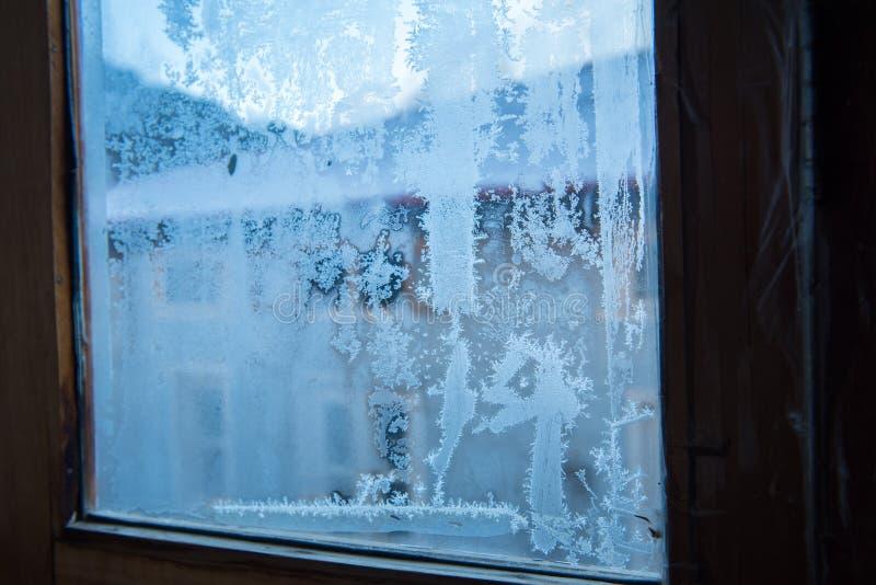 Ijzig patroon op het venster van de glaswinter royalty-vrije stock fotografie