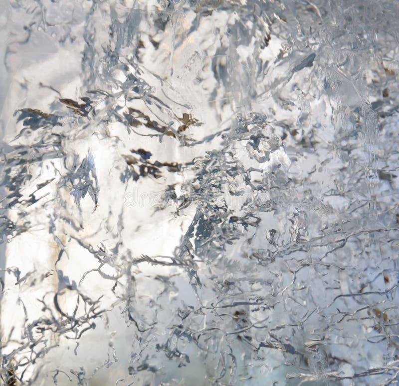 Ijzig transparant blok van ijs met patronen stock fotografie