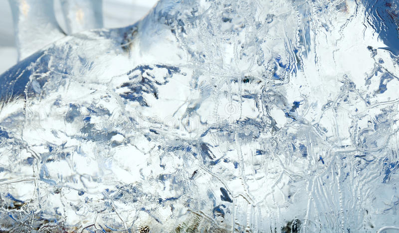 Ijzig transparant blok van ijs met patronen stock afbeelding
