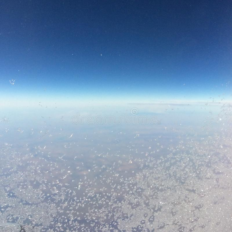 Ijzig venster op luchtvliegtuig die van Newark tot Calgary vliegen royalty-vrije stock afbeelding