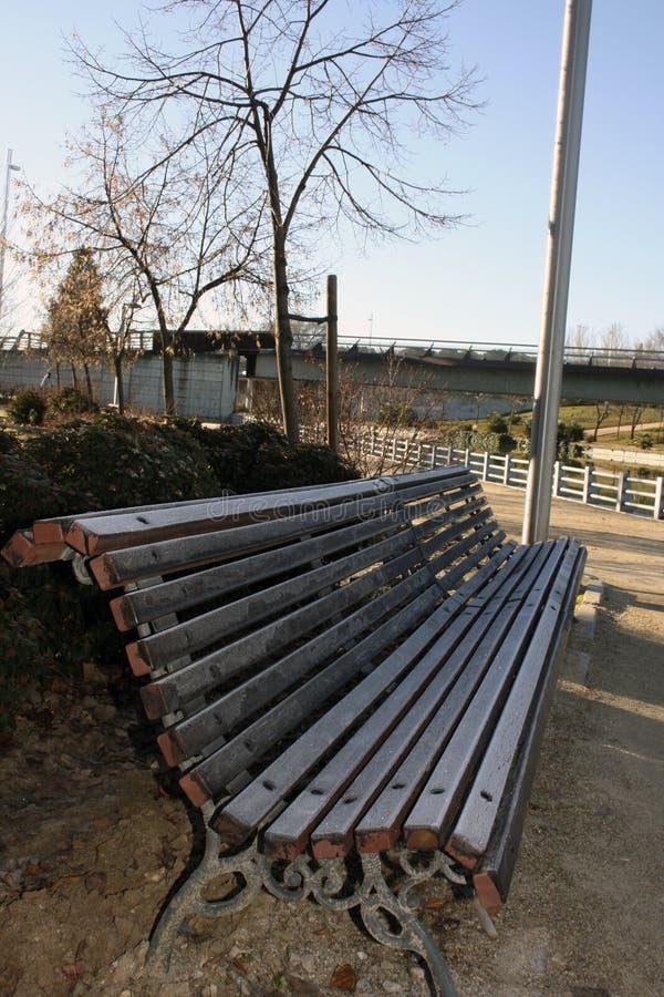 Ijzige bank in het park stock foto