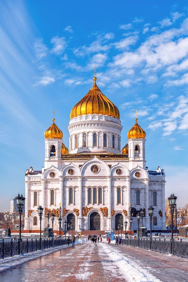 Ijzige zonnige dag in het centrum van Moskou Patriarchale brug en de Kathedraal van Christus de Verlosser royalty-vrije stock afbeeldingen