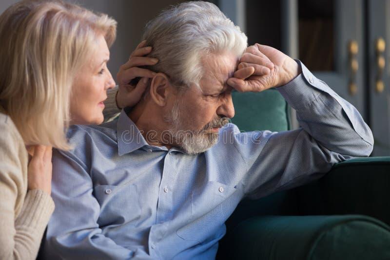 Ik ben blij met de bezorgde vrouw van middelbare leeftijd die zich verontschuldigt voor de ziedendste man royalty-vrije stock foto's