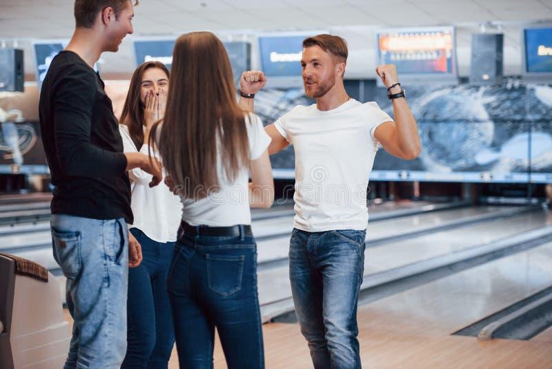 Ik ben de winnaar Jonge goede vrienden hebben plezier in bowlingclub in hun weekends royalty-vrije stock fotografie