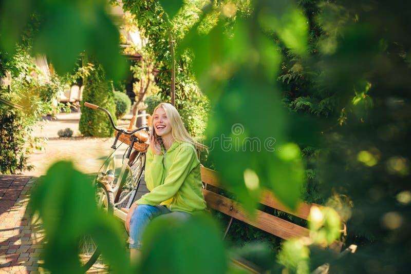 Ik ben in park reeds wachtend op u Het blonde geniet van ontspant in park of tuin Actief meisje met fiets Vrouw met fiets royalty-vrije stock foto