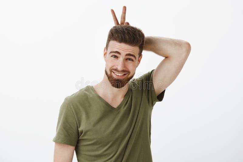 Ik ben uw konijntjeshoning Portret van sassy en leuke romantische vriend die rond in speelse stemming voor de gek houden die oren stock fotografie