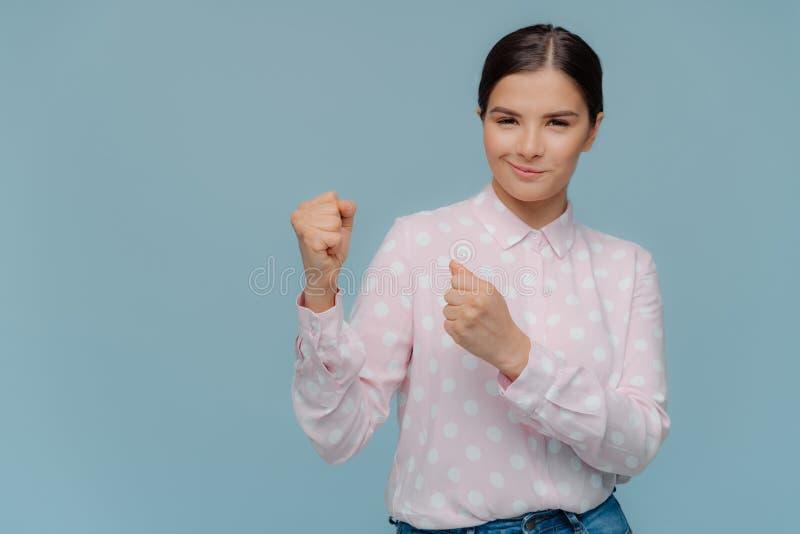 Ik ben zeker, zal ik winnen De mooie ernstige donkerbruine die vrouw houdt handen in vuisten, klaar om te verdedigen worden dicht royalty-vrije stock foto
