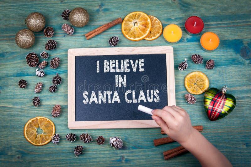 Ik geloof in de Kerstman Kerstmis en vakantieachtergrond Ornamenten en decor op een houten lijst royalty-vrije stock afbeelding