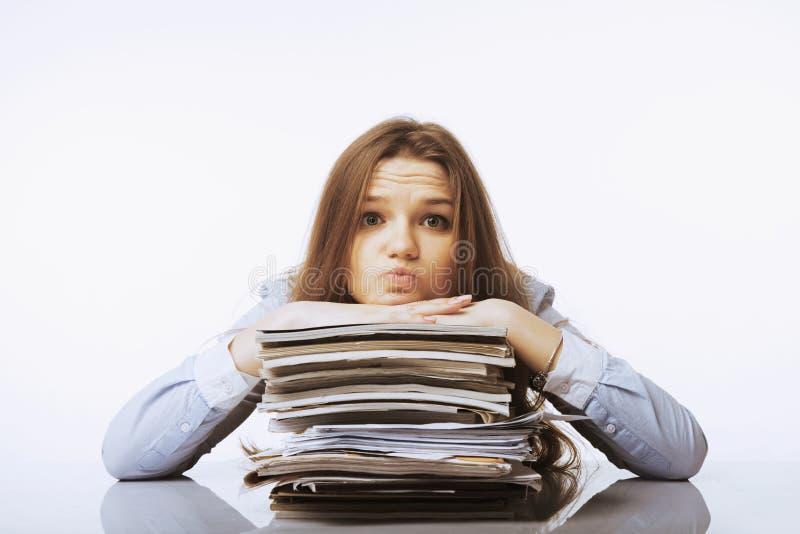 Ik heb een hoger salaris nodig Vrouw die met documenten werkt Lage lonen, royalty-vrije stock fotografie