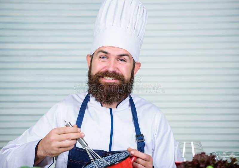 Ik heb het gedaan Vegetarische salade met verse groenten Gezonde voedselbereiding Matuur hipster met baard Cuisine royalty-vrije stock foto