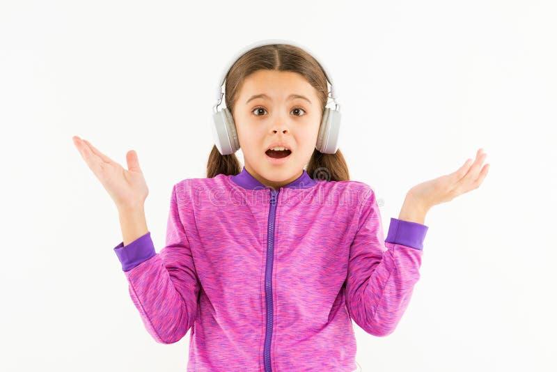 Ik hoor u, muziek het spelen in mijn hoofdtelefoons niet Verraste die muziekminnaar op wit wordt ge?soleerd Klein meisjeskind die stock foto's