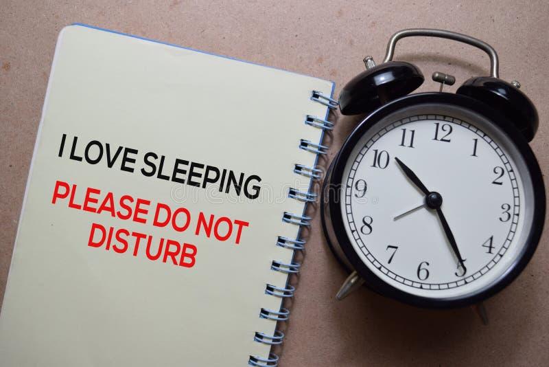 Ik hou van slapen alsjeblieft schrijf niet op een boek geïsoleerd op houten tafel royalty-vrije stock afbeelding