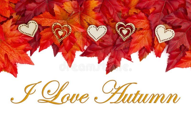 Ik houd van de Herfst met rode en oranje dalingsbladeren en houten harten royalty-vrije stock foto's