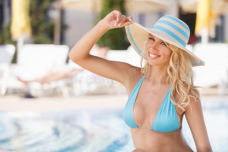 Ik houd van de zomer! Aantrekkelijke jonge vrouwen die in bikini op camer glimlachen stock fotografie