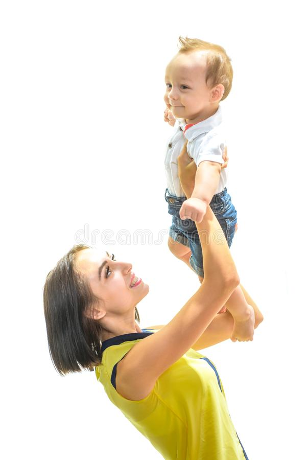 Ik houd van mijn mamma Gelukkig weinig baby De kleine glimlach van het jongenskind aan moeder Weinig babyzoon in moedershanden Sa royalty-vrije stock foto
