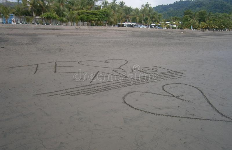 Ik houd van u geschreven in het zand royalty-vrije stock foto