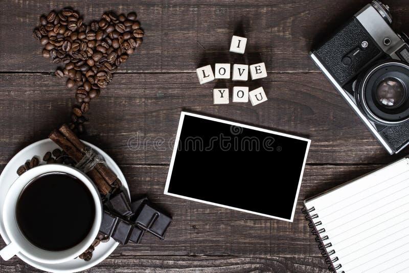 Ik houd van u inschrijving met lege foto, koffiekop en uitstekende camera stock fotografie