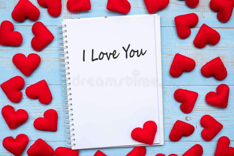 Ik HOUD van U verwoord op notitieboekje met de roze decoratie van de hartvorm op blauwe houten lijstachtergrond Huwelijk, Romanti stock foto's