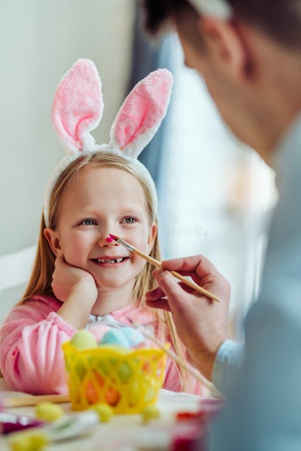 Ik houd van voorbereidingen treffend voor Pasen met mijn papa De papa en zijn kleine dochter hebben samen pret terwijl het voorbe stock foto
