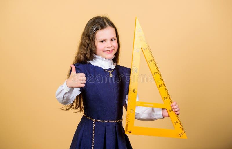 Ik houd van wiskunde Onderwijs en schoolconcept Slim en slim concept Leerlings leuk meisje met grote heerser school stock afbeelding
