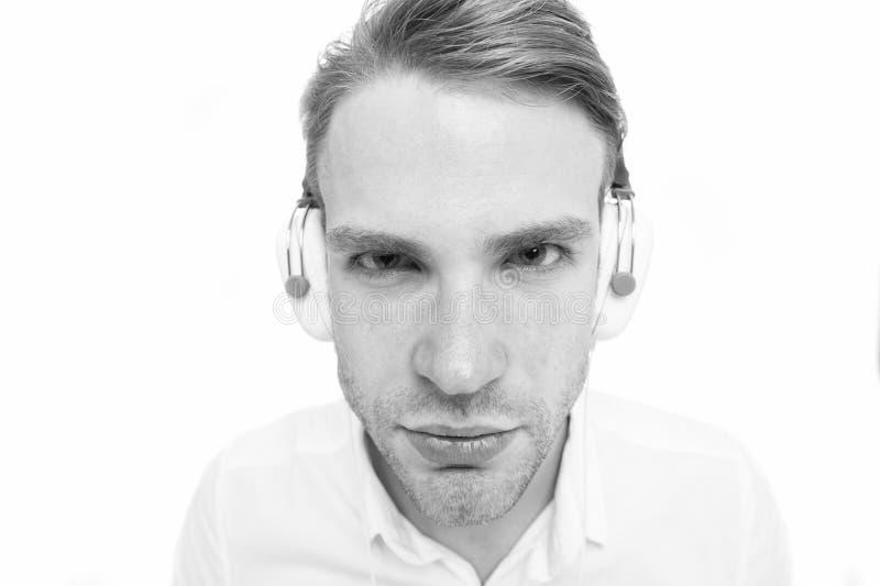 Ik kan niet u horen De kerel met oortelefoons luistert muziek Mens geconcentreerd gezicht het luisteren favoriet lied in hoofdtel royalty-vrije stock afbeelding