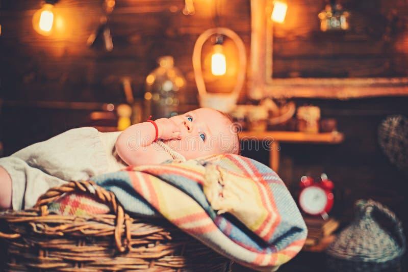 Ik kan onze baby voelen Familie Kinderverzorging De Dag van kinderen Snoepje weinig baby Nieuwe het leven en babygeboorte Kinderj stock foto's