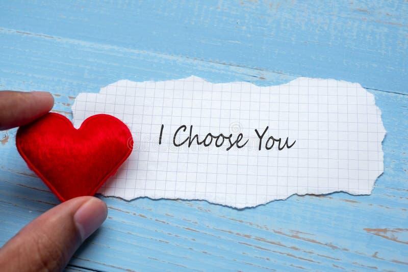 Ik KIES U op document nota met de rode decoratie van de hartvorm op blauwe houten lijstachtergrond verwoordt Huwelijk, Romantisch stock afbeeldingen