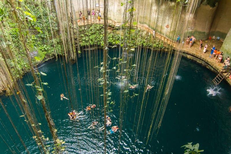 Ik-Kil cenote blisko Chichen Itza, Meksyk zdjęcie stock