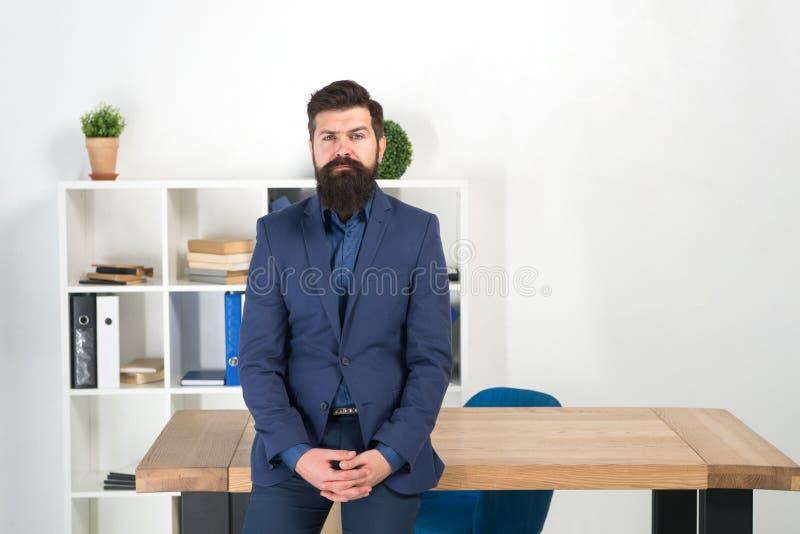 Ik luister Rapport en klachtenconcept Mensen het gebaarde hipster chef- bekijken u met aandacht Klaar om uw te horen stock fotografie