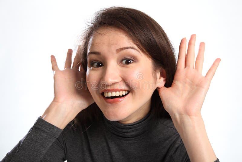 Ik luister wijs op glimlachende gelukkige vrouw royalty-vrije stock afbeeldingen
