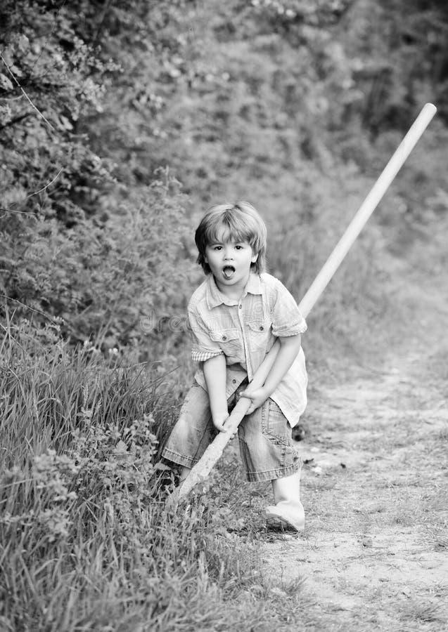 Ik wil schatten vinden Weinig jongen die met schop schatten zoeken Gelukkige kinderjaren E royalty-vrije stock afbeeldingen