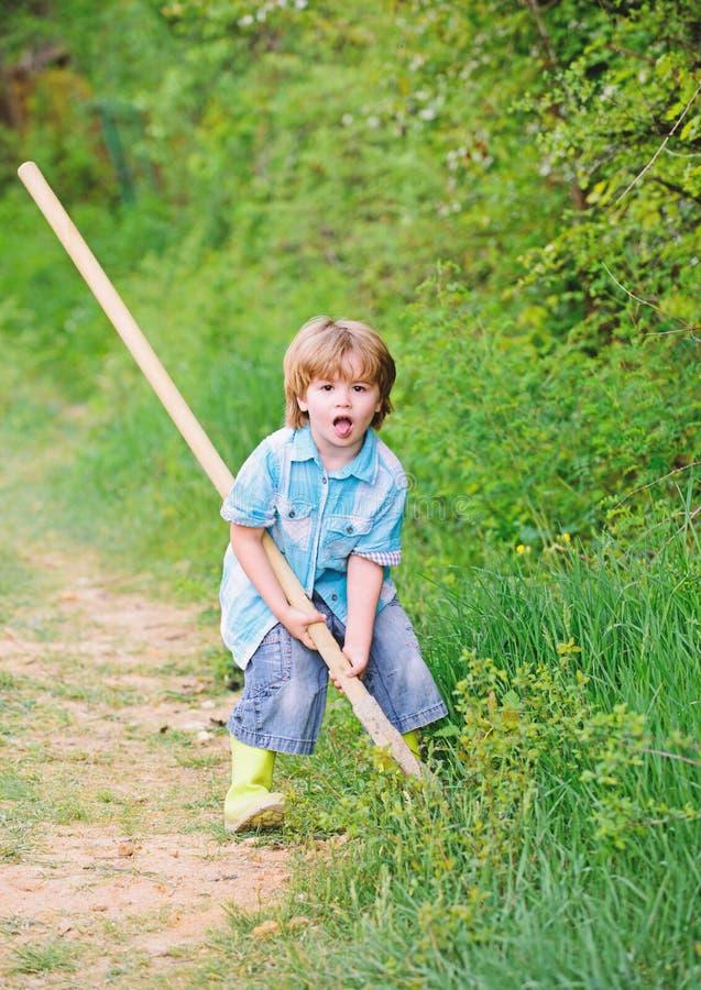 Ik wil schatten vinden Weinig jongen die met schop schatten zoeken Gelukkige kinderjaren E royalty-vrije stock afbeelding