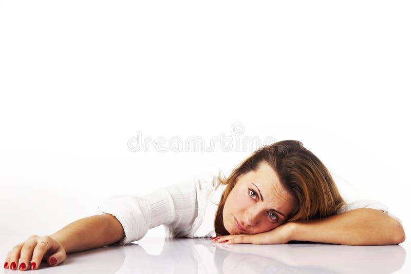 Ik wil slapen De jonge vrouwenmanager wil niet vandaag werken royalty-vrije stock afbeelding