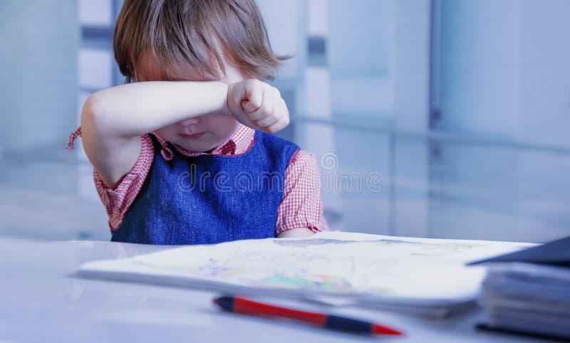 Ik wil slapen Jong bedrijfsdiekindmeisje van het bureauwerk wordt vermoeid met documenten royalty-vrije stock afbeeldingen