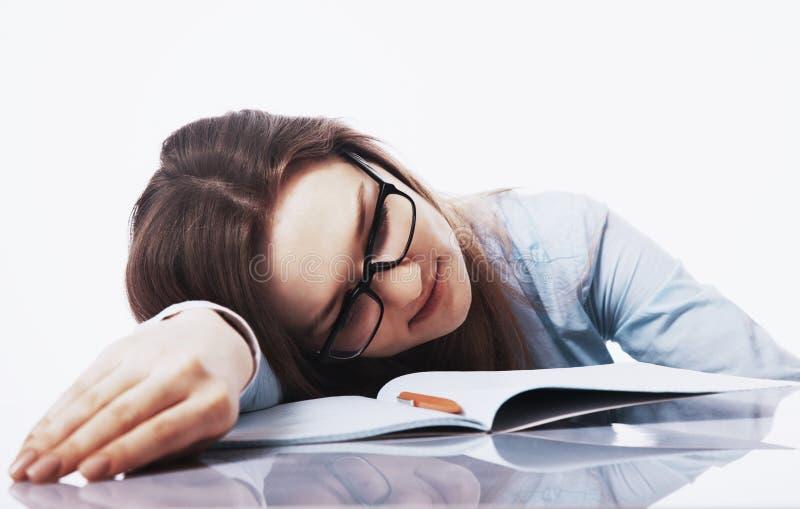 Ik wil slapen Jonge bedrijfsdievrouw van het verstand van het bureauwerk wordt vermoeid stock afbeelding