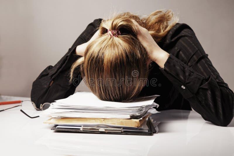 Ik wil slapen Jonge bedrijfsdievrouw van het verstand van het bureauwerk wordt vermoeid stock fotografie
