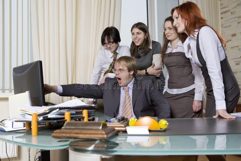 Ik zal u tonen! bedrijfs mensen in bureau. stock afbeelding