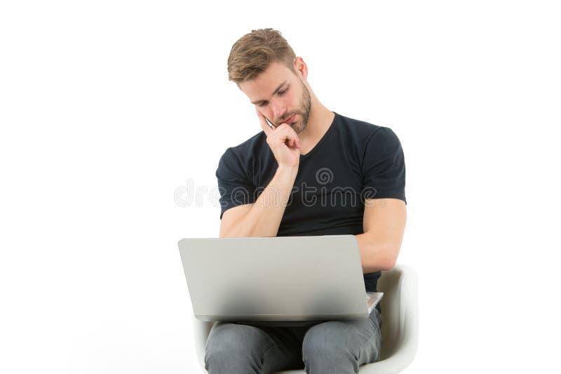 Ik zou dit moeten overslaan Mens met laptop bored gezicht het letten op reclame Kerel knappe ongeschoren in de zwarte overhemdswe royalty-vrije stock fotografie